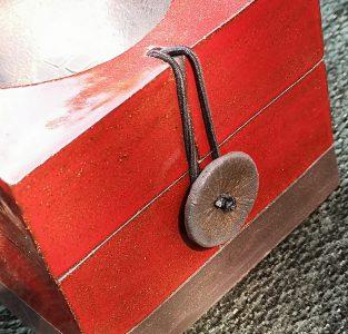 200518 CAROLINE PEETERS - mini mijmderdoos rood met bolletje - art 003 a